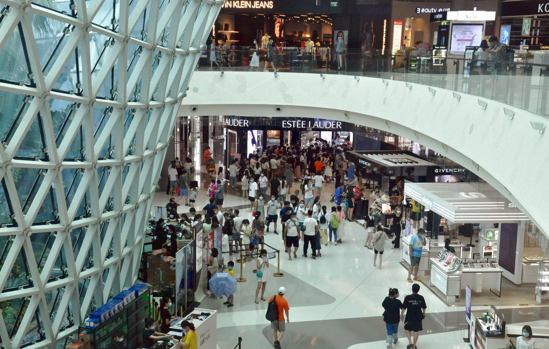 图为三亚国际免税城购物场景。.JPG